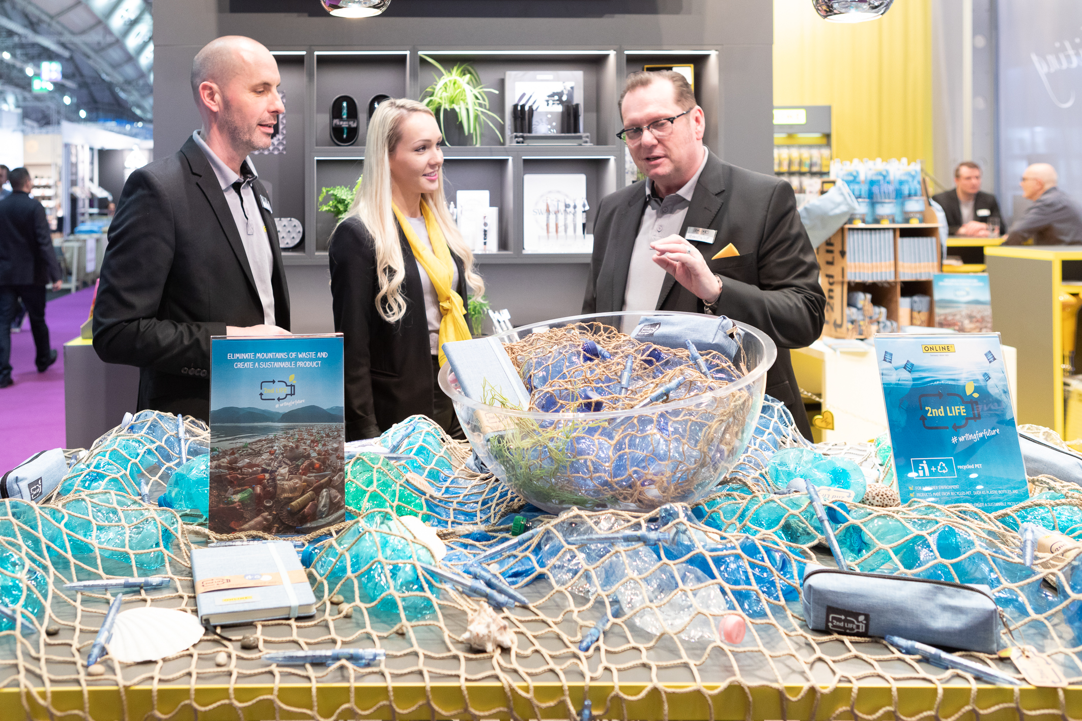 Exhibitors present their sustainable products - for example pens, pencil cases and notebook covers made of recycled plastic. / Photo: Messe Frankfurt